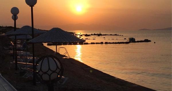 Çeşme Günizi Beach'de 2 veya 3 kişilik bungalov evlerde 1 gece konaklama, serpme kahvaltı, şezlong ve plaj girişi 70 TL'den başlayan fiyatlarla! Fırsatın geçerlilik tarihi için DETAYLAR bölümünü inceleyiniz.
