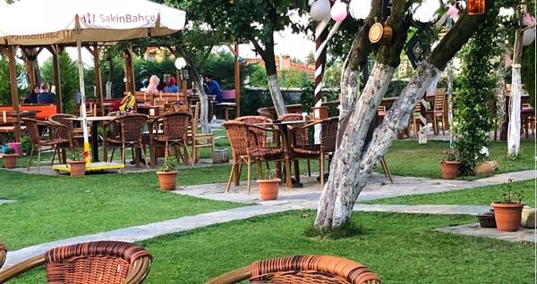 Meyve ağaçları içinde Sakin Bahçe Cafe'de iftar menüleri 59 TL'den başlayan fiyatlarla! Bu fırsat 6 Mayıs - 3 Haziran 2019 tarihleri arasında, iftar saatinde geçerlidir.