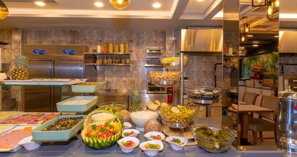 Skalion Hotel Teras'ta manzara eşliğinde zengin içeriklerle dolu kahvaltı seçenekleri 35 TL'den başlayan fiyatlarla! Fırsatın geçerlilik tarihi için DETAYLAR bölümünü inceleyiniz.