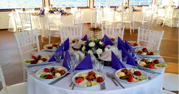 Aşiyan Organizasyon'dan 3 saatlik Boğaz turu eşliğinde teknede iftar menüsü 45 TL'den başlayan fiyatlarla! 16 Mayıs 2018-14 Haziran 2018 tarihleri arasında, iftar saatinde geçerlidir.
