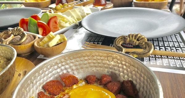 Beylikdüzü The Shaula'nın modern ambiyansında zengin kişi başı serpme kahvaltı menüsü 35 TL! Fırsatın geçerlilik tarihi için DETAYLAR bölümünü inceleyiniz.