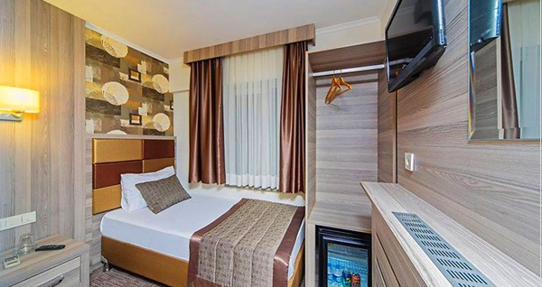 Beyoğlu Pera Arya Hotel'de kahvaltı dahil 1 gece konaklama seçenekleri 195 TL'den başlayan fiyatlarla! Fırsatın geçerlilik tarihi için DETAYLAR bölümünü inceleyiniz.