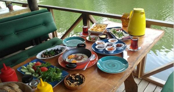 Ağva Kendine Has Cafe & Konukevi'nde nehir kenarında enfes serpme kahvaltı 45 TL! Fırsatın geçerlilik tarihi için DETAYLAR bölümünü inceleyiniz.