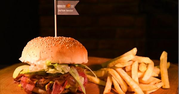 Burger Ye'nin 6 şubesinde geçerli hamburger menüsü 12,90 TL'den başlayan fiyatlarla! Fırsatın geçerlilik tarihi için DETAYLAR bölümünü inceleyiniz.