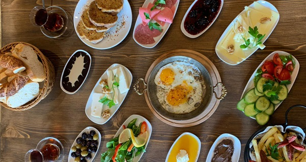 Flora Cafe Ümraniye'de serpme kahvaltı keyfi (kişi başı) 27 TL! Fırsatın geçerlilik tarihi için DETAYLAR bölümünü inceleyiniz.