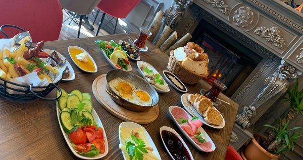 Flora Cafe Ümraniye'de 2 kişilik enfes serpme kahvaltı keyfi 55 TL! Fırsatın geçerlilik tarihi için DETAYLAR bölümünü inceleyiniz.