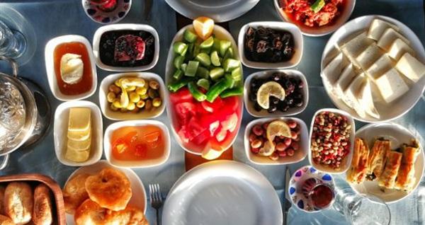 Güzelbahçe Aşkın'ın Yeri'nde sınırsız çay eşliğinde serpme kahvaltı keyfi 26,90 TL! Fırsatın geçerlilik tarihi için, DETAYLAR bölümünü inceleyiniz.
