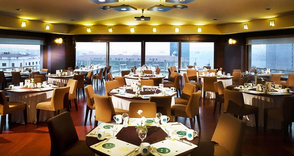 Point Hotel Taksim'in Boğaz manzaralı çatı katında açık büfe iftar menüsü 89 TL'den başlayan fiyatlarla! Bu fırsat 6 Mayıs - 3 Haziran 2019 tarihleri arasında, iftar saatinde geçerlidir.