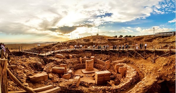 """2 gece 3 gün uçak bileti dahil """"İnsanlığın En Eski Anıtı: Göbeklitepe Turu"""" Hitit Tur güvencesi ile 1.499 TL'den başlayan fiyatlarla! Fırsatın geçerlilik tarihi için DETAYLAR bölümünü inceleyiniz."""