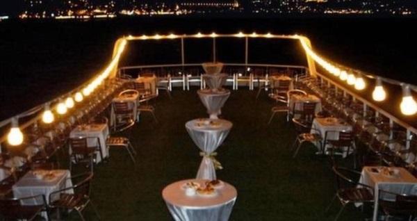 Yakamoz Tekneleri'nde canlı müzik eşliğinde Boğazda akşam yemeği 79,90 TL'den başlayan fiyatlarla! Fırsatın geçerlilik tarihi için DETAYLAR bölümünü inceleyiniz.