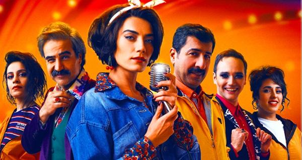 """Sezonun en yeni oyunlarından biri olan """"Sevmekten Öldü Desinler"""" için biletler 112 yerine 65 TL! 27 Eylül 2020 / 21:00 / İzmir Fuar Açıkhava Tiyatrosu"""