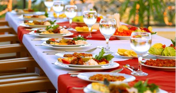 Sirkeci Orka Royal Hotel'in Boğaz ve Tarihi Yarımada manzaralı terasında iftar menüsü 69 TL'den başlayan fiyatlarla! Bu fırsat 6 Mayıs - 3 Haziran 2019 tarihleri arasında, iftar saatinde geçerlidir.