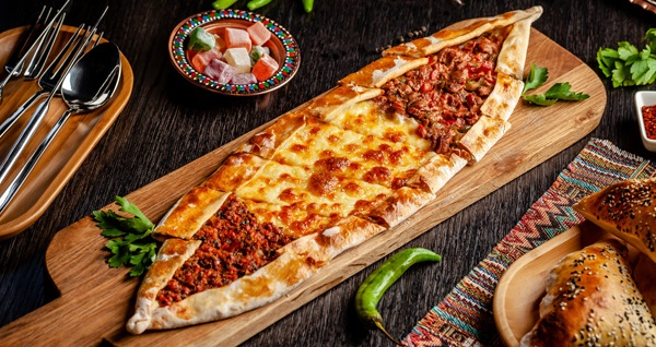 Özgenler Pide Kebap'ta gel al veya paket serviste geçerli kebap, pide, pizza, lahmacun ve yemek menüleri! Fırsatın geçerlilik tarihi için DETAYLAR bölümünü inceleyiniz.