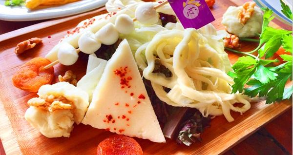 Flower Garden Cafe'de zengin içeriklerle dolu organik serpme kahvaltı 29,90 TL! Fırsatın geçerlilik tarihi için DETAYLAR bölümünü inceleyiniz.