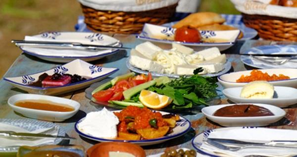 Urla Mösyö Bahçe'de sınırsız çay eşliğinde enfes serpme kahvaltı keyfi! Fırsatın geçerlilik tarihi için DETAYLAR bölümünü inceleyiniz.