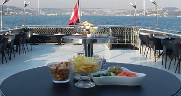 """Yuzmeturu.com ile kahvaltı, öğle yemeği ve 5 çayı dahil 8 saatlik """"Boğaz'da Yüzme Turu"""" 120 TL yerine 69,90 TL! Fırsatın geçerlilik tarihi için DETAYLAR bölümünü inceleyiniz."""