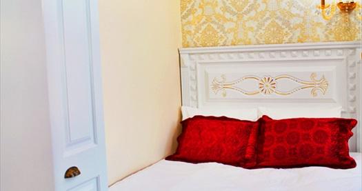 IQ Hotel Galatasaray'da Deluxe Suite odalarda farklı kişi seçenekleri ile 1 gecelik konaklama 189 TL'den başlayan fiyatlarla! Fırsatın geçerlilik tarihi için DETAYLAR bölümünü inceleyiniz.