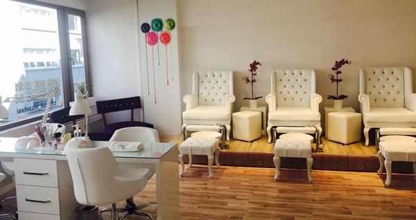 Nişantaşı Chic Nail Spa & Beauty Lounge'ta manikür, pedikür, kalıcı oje, protez tırnak ve komple ağda uygulamaları 25 TL'den başlayan fiyatlarla! Fırsatın geçerlilik tarihi için DETAYLAR bölümünü inceleyiniz.