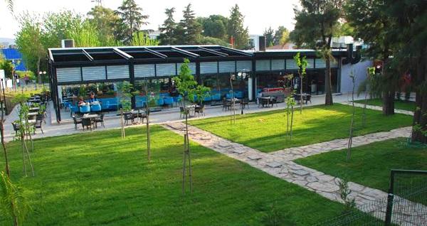 Bornova Tenis Cafe'de doğa ile iç içe çift kişilik serpme kahvaltı ve Türk kahvesi keyfi 45 TL! Fırsatın geçerlilik tarihi için, DETAYLAR bölümünü inceleyiniz.