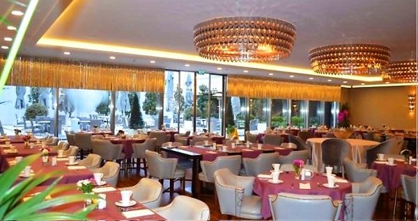 Wyndham Grand Istanbul Kalamış Marina Hotel'de fasıl eşliğinde Saray mutfağından özel lezzetler ile muhteşem açık büfe iftar menüsü kişi başı 115 TL'den başlayan fiyatlarla! Bu fırsat 6 Mayıs - 3 Haziran 2019 tarihleri arasında, iftar saatinde geçerlidir.