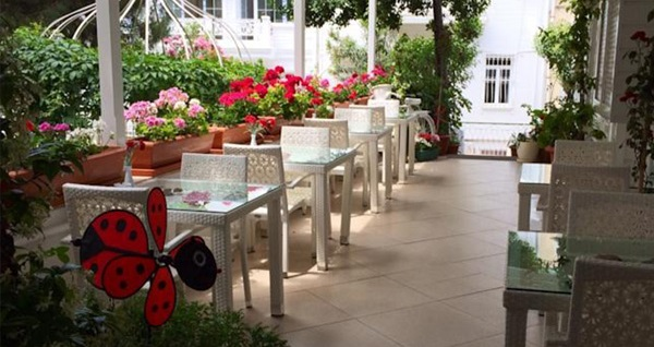 Büyükada White Palace Hotel'in farklı odalarında kahvaltı hariç çift kişilik 1 gece konaklama keyfi 110 TL'den başlayan fiyatlarla! Fırsatın geçerlilik tarihi için DETAYLAR bölümünü inceleyiniz.