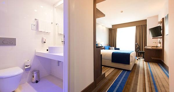 Holiday Inn Express İstanbul Airport'ta tek veya çift kişilik 1 gece konaklama 189 TL'den başlayan fiyatlarla! Fırsatın geçerlilik tarihi için DETAYLAR bölümünü inceleyiniz.