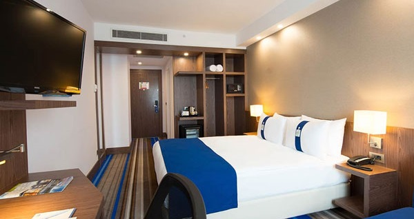 Halkalı Holiday Inn Express İstanbul Airport'ta tek veya çift kişilik kahvaltı dahil 1 gece konaklama 199 TL'den başlayan fiyatlarla! Fırsatın geçerlilik tarihi için DETAYLAR bölümünü inceleyiniz.