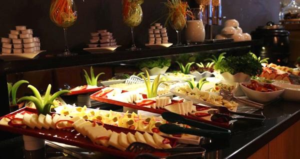 Konak Pasaport Pier Hotel'de deniz manzarası eşliğinde açık büfe kahvaltı kişi başı 60 TL yerine 34,90 TL! Fırsatın geçerlilik tarihi için, DETAYLAR bölümünü inceleyiniz.