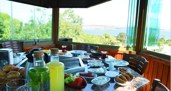 Avcılar Safran Elite Restaurant'ta muhteşem manzara eşliğinde zengin serpme kahvaltı menüsü 34 TL! Fırsatın geçerlilik tarihi için DETAYLAR bölümünü inceleyiniz.