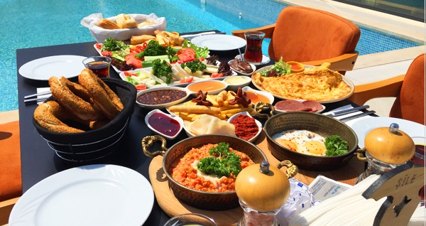 Şile Uçar Royal Hotel'de havuz başı zengin serpme kahvaltı menüsü 19 TL! Fırsatın geçerlilik tarihi için DETAYLAR bölümünü inceleyiniz.