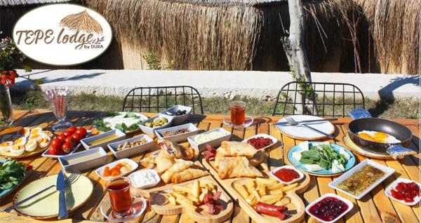Çeşme Tepe Lodge by Dura'da doğa içerisinde serpme kahvaltı seçenekleri 71 TL'den başlayan fiyatlarla! Fırsatın geçerlilik tarihi için DETAYLAR bölümünü inceleyiniz.