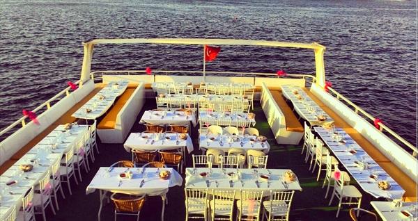 Aşiyan Organizasyon'dan 3 saatlik Boğaz turu eşliğinde teknede iftar menüsü 50 TL'den başlayan fiyatlarla! Bu fırsat 6 Mayıs - 3 Haziran 2019 tarihleri arasında, iftar saatinde geçerlidir.