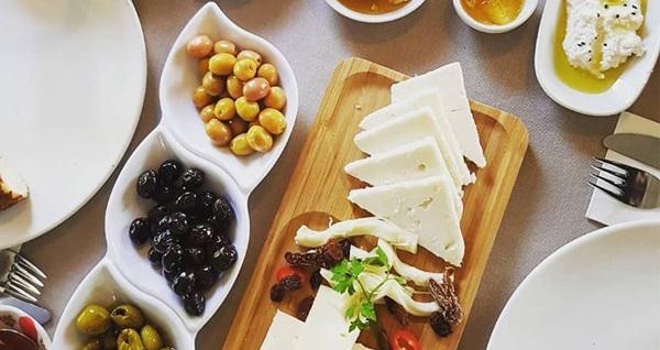 Urla ÇamlıPınar Restaurant'ta serpme kahvaltı içeren paketler kişi başı 24,90 TL'den başlayan fiyatlarla! Fırsatın geçerlilik tarihi için, DETAYLAR bölümünü inceleyiniz.