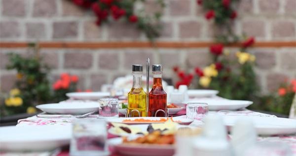 Altındağ Kalıpçızade Konağı'nda iftar menüleri 45 TL'den başlayan fiyatlarla! Bu fırsat 6 Mayıs - 3 Haziran 2019 tarihleri arasında, iftar saatinde geçerlidir.