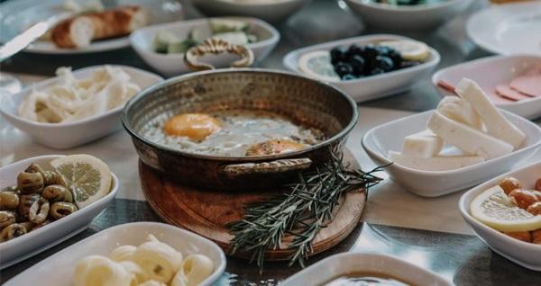 Grand Lark Hotel'de çift kişilik kahvaltı dahil konaklama seçenekleri 230 TL'den başlayan fiyatlarla! Fırsatın geçerlilik tarihi için DETAYLAR bölümünü inceleyiniz.