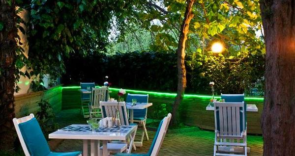 Kadıköy Beyaz Konak'ın keyifli ve huzurlu bahçesinde zengin iftar menüsü 70 TL yerine 39,90 TL! Bu fırsat 6 Mayıs - 3 Haziran 2019 tarihleri arasında, iftar saatinde geçerlidir.