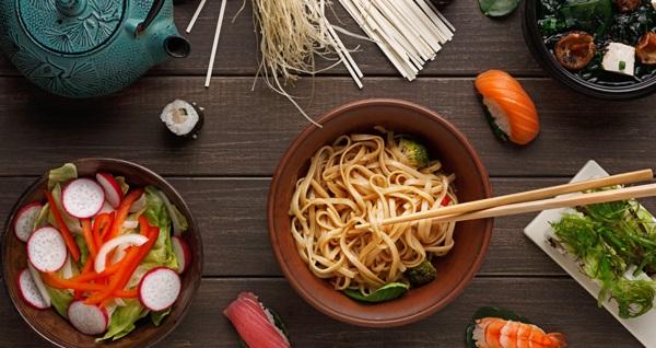 Sushi & Noodle House'da 16 adet sushi menü 81 TL yerine 30,5 TL! Fırsatın geçerlilik tarihi için DETAYLAR bölümünü inceleyiniz. Hafta içi her gün 12.00 - 21.30, Cumartesi ve Pazar günü ise 16.00 - 22.00 saatleri arasında geçerlidir. Eve serviste geçerli değildir.
