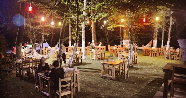 Binbaşı Çeşmesi Kahvaltı & Restaurant'ta yeşillikler içinde zengin iftar menüleri 55 TL'den başlayan fiyatlarla! Bu fırsat 6 Mayıs - 3 Haziran 2019 tarihleri arasında, iftar saatinde geçerlidir.
