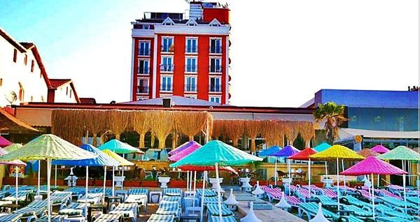 Blue World Hotel'de iki kişilik konaklama, kahvaltı, özel plaj ve havuz kullanımı