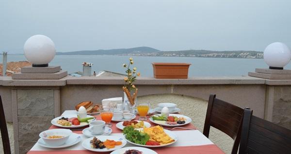 Huzurun adresi Ayvalık Palas Hotel'de kahvaltı dahil çift kişilik 1 gece konaklama 200 TL'den başlayan fiyatlarla! Fırsatın geçerlilik tarihi için DETAYLAR bölümünü inceleyiniz.