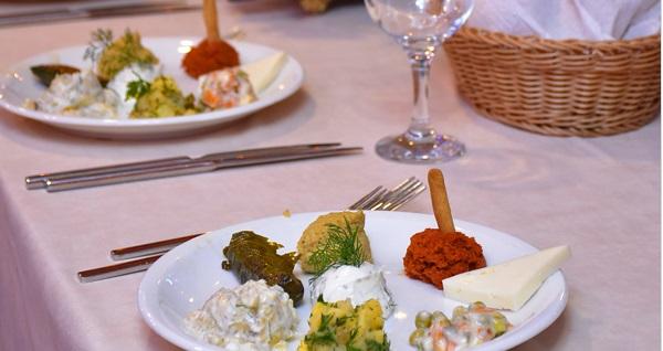 Bosphorus Magic'dan Boğaz turu eşliğinde eğlenceli yemek menüleri 300 TL'den başlayan fiyatlarla! Fırsatın geçerlilik tarihi için DETAYLAR bölümünü inceleyiniz.