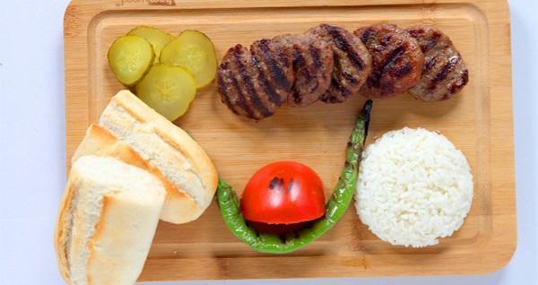 Kasap 1924 Ümraniye'de paket servis veya gel al yemek menüleri 27,90 TL'den başlayan fiyatlarla! Fırsatın geçerlilik tarihi için, DETAYLAR bölümünü inceleyiniz.