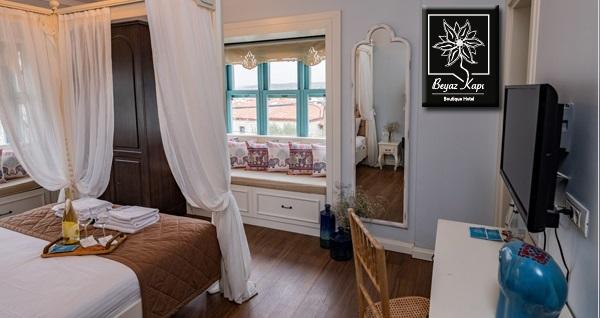 Alaçatı Beyaz Kapı Boutique Hotel'de çift kişilik 1 gece kahvaltı dahil konaklama seçenekleri 259 TL'den başlayan fiyatlarla! Fırsatın geçerlilik tarihi için DETAYLAR bölümünü inceleyiniz.