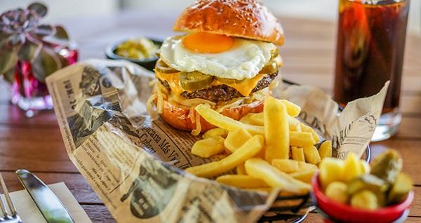 CVK Taksim Hotel'de lezzet dolu hamburger veya pizza menüleri 50 TL'den başlayan fiyatlarla! Fırsatın geçerlilik tarihi için DETAYLAR bölümünü inceleyiniz.