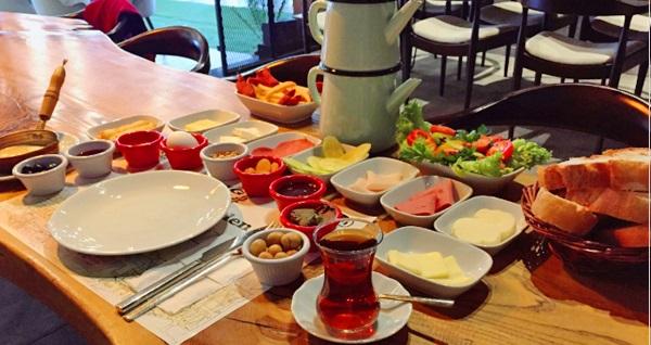 EKSTRA İNDİRİM!Haliç Garden'da sınırsız çay eşliğinde serpme kahvaltı menüsü 65 TL yerine 25 TL! Fırsatın geçerlilik tarihi için DETAYLAR bölümünü inceleyiniz.