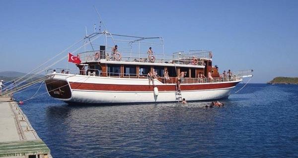 Tam gün Bodrum tekne turu öğle yemeği dahil limitsiz yerli içecek seçeneği ile kişi başı 69 TL'den başlayan fiyatlarla! Tur kalkış tarihleri için, DETAYLAR bölümünü inceleyiniz.