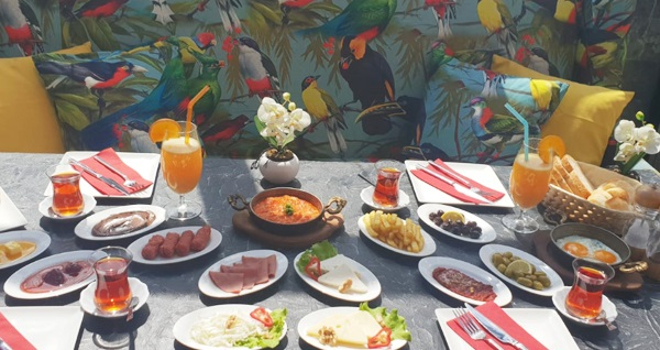 KaQuli Cafe'de 1 kişilik serpme kahvaltı keyfi 21,90 TL! Fırsatın geçerlilik tarihi için DETAYLAR bölümünü inceleyiniz.