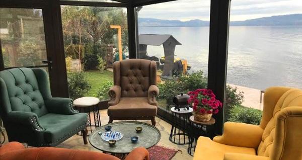 İznik Gölü'ne sıfır Villa Atroa'da 2, 4 ya da 8 kişilik villalarda konaklama seçenekleri 300 TL'den başlayan fiyatlarla! Fırsatın geçerlilik tarihi için, DETAYLAR bölümünü inceleyiniz.