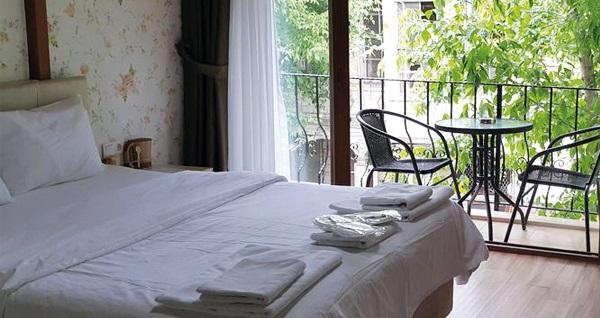 Ödüllü Büyükada Çınar Hotel'in farklı odalarında odaya kahvaltı dahil çift kişilik 1 gece konaklama seçenekleri