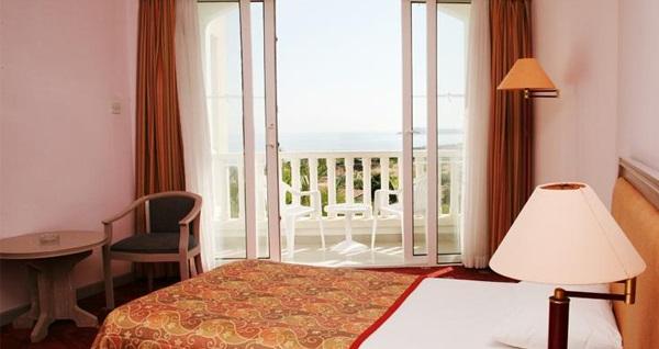 Girne Deniz Kızı Royal Hotel'de YARIM PANSİYON uçaklı konaklama paketleri kişi başı 899 TL'den başlayan fiyatlarla! Detaylı bilgi ve size en uygun fiyatların sunulması için hemen 0850 532 50 76 numaralı telefonu arayın!